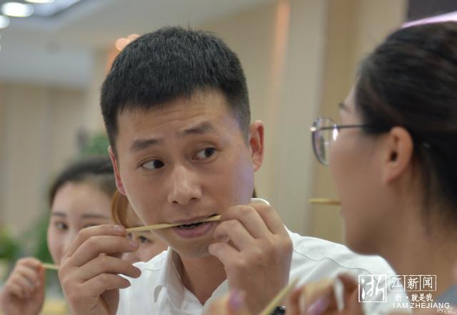 """咬着筷子练微笑 """"衢州有礼""""主题礼仪培训班开班了"""