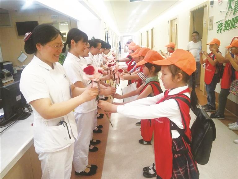 小志愿者献礼护士节