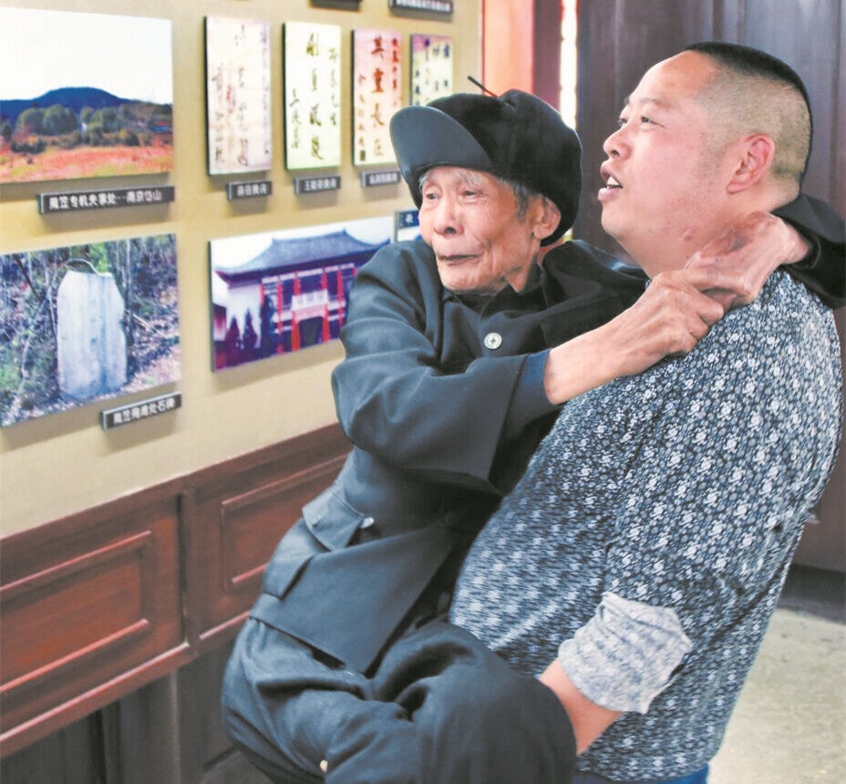 """这平常的""""一抱""""是满怀的孝心"""