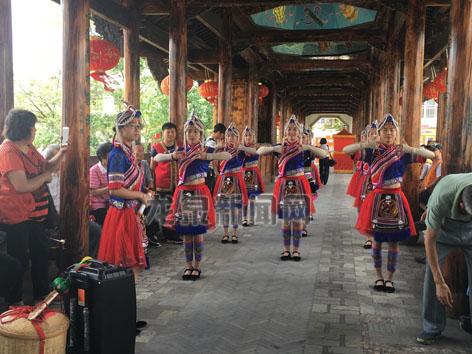 竹��畲族乡畲族女子在表演特色舞蹈手指舞