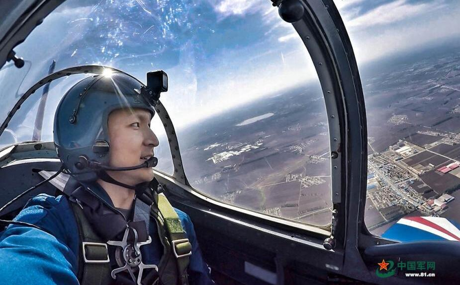 空军首次组织飞行大队教导员培训班学员体验飞行