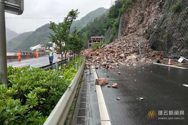 330国道塌方路段实现双向单车道借道通行