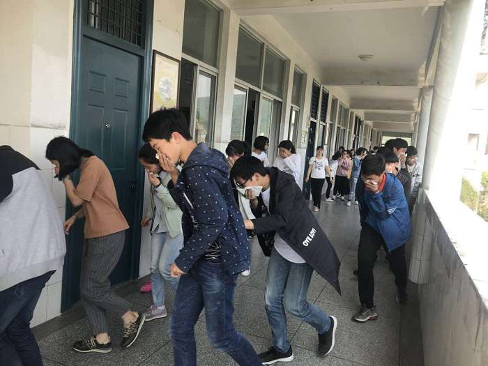 仙岩镇九年一贯制学校开展消防疏散演练