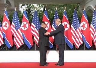 金正恩与特朗普举行会晤双方握手