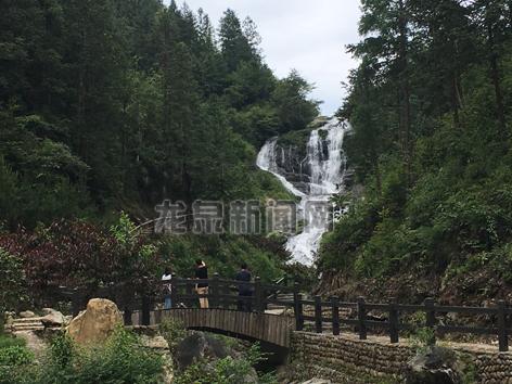 游客在欣赏瀑布美