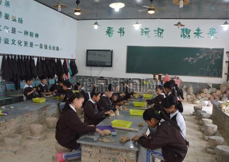小梅镇中心小学学生正在制作青瓷