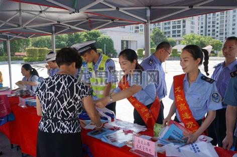 """市安委办组织27个部门单位在人民广场开展""""安全生产月""""咨询日活动"""