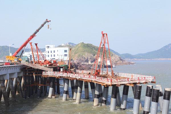 近日拍摄的头门港一期码头滚装改造工程建设如火如荼