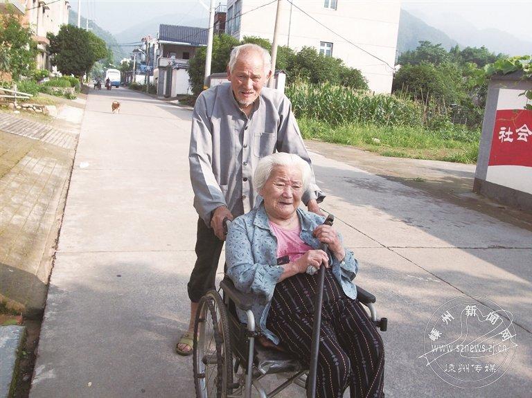 老人十年如一日照料瘫痪妻子