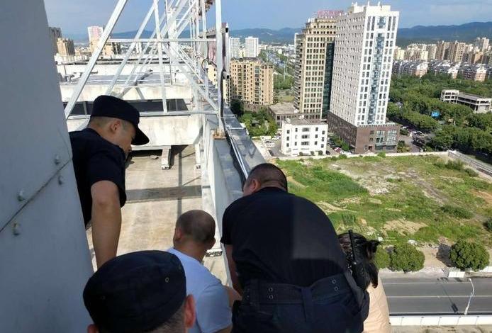 为了50元福利卡女子爬上楼顶 幸亏民警出现了