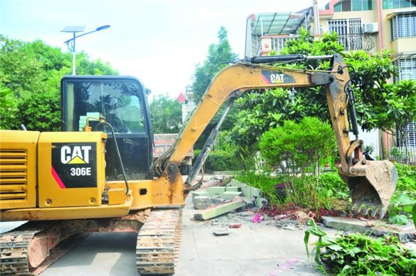 依法整治小区乱搭乱建、圈占公共绿地行为