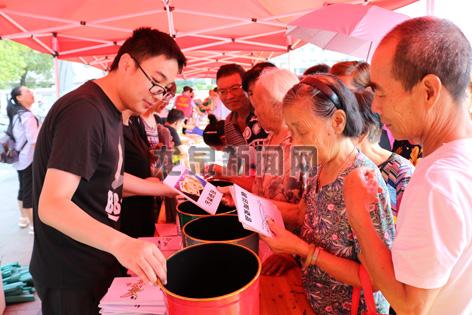 """""""七一""""党员志愿服务活动在市人民广场举行"""