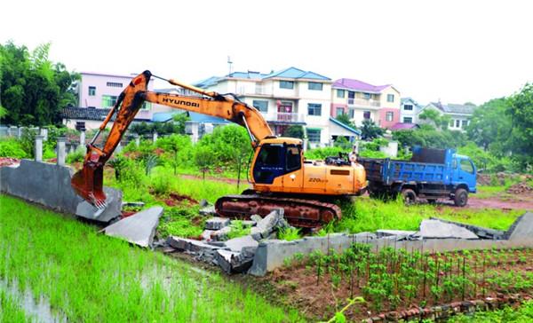 拆除占用农田围墙 建设美丽乡村大花园