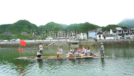 外国友人乘坐竹排欣赏住龙风景