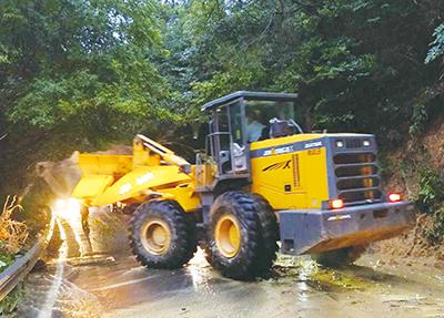 受强降水影响道路出现塌方 公路卫士奋战2小时抢通