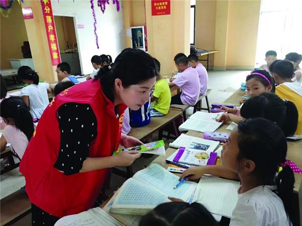 """情系""""小候鸟"""" 教师志愿者送教进企业"""