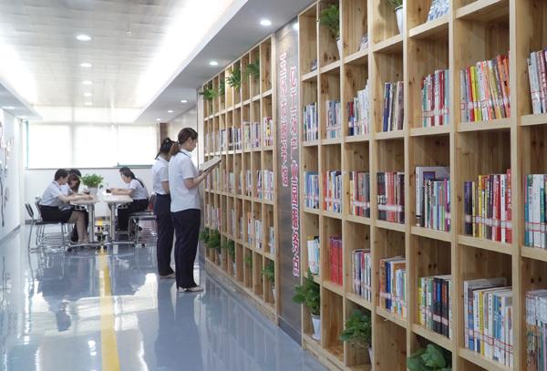 """一起去亿工场""""图书走廊""""读书吧"""
