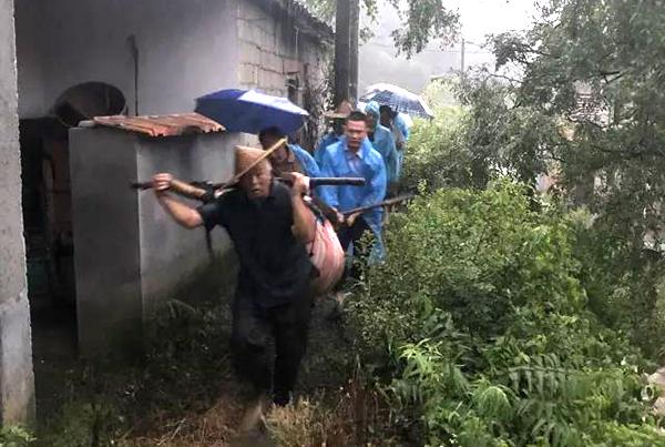 村民上山劳作不慎摔伤 警民联合开展救援
