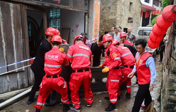 玉环:台风来袭 志愿者忙救援