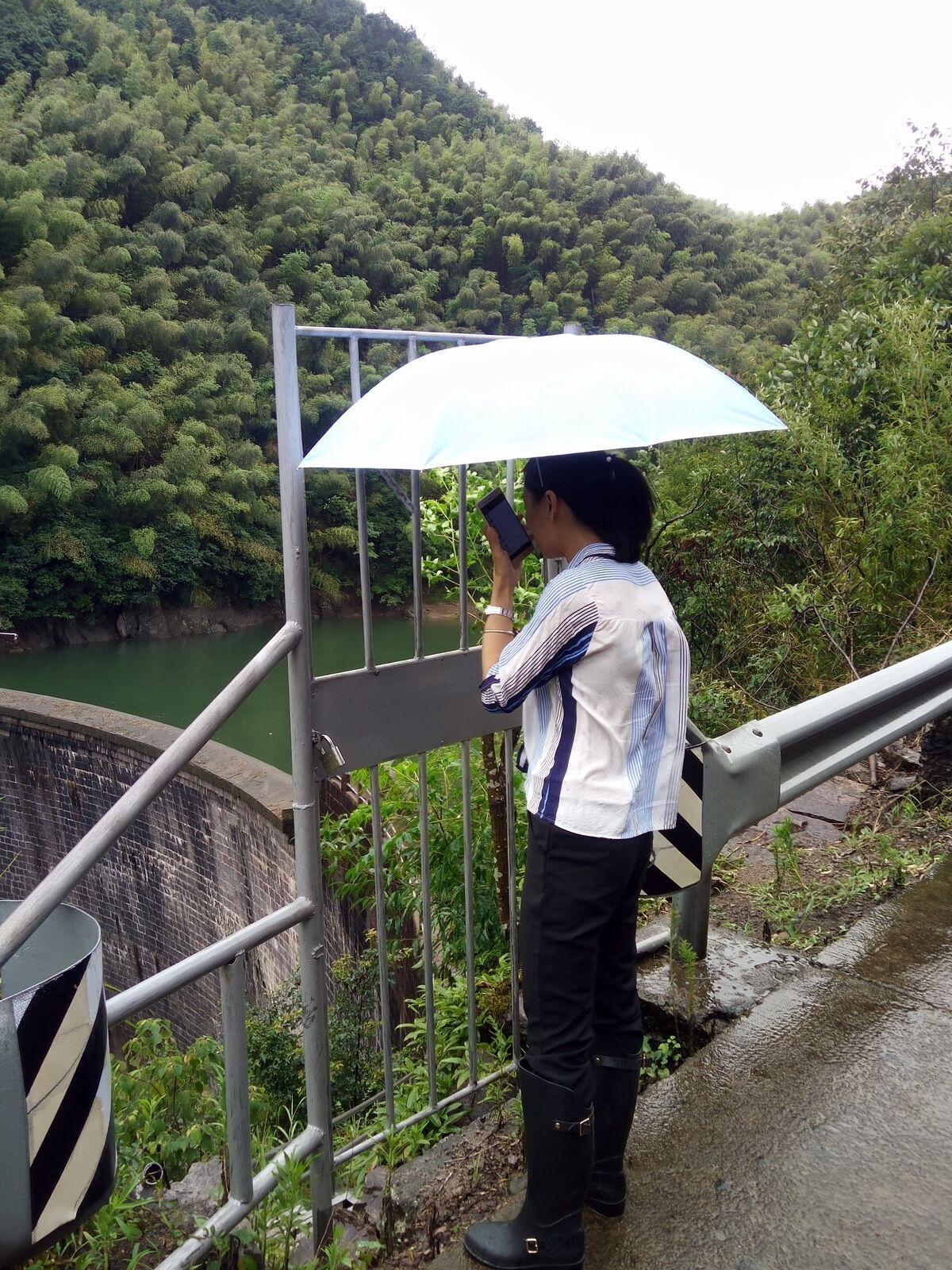 台风前勘察山塘水库