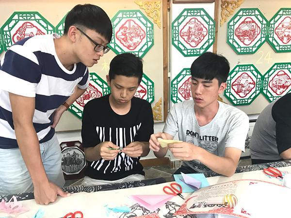 台湾同胞体验剪纸艺术