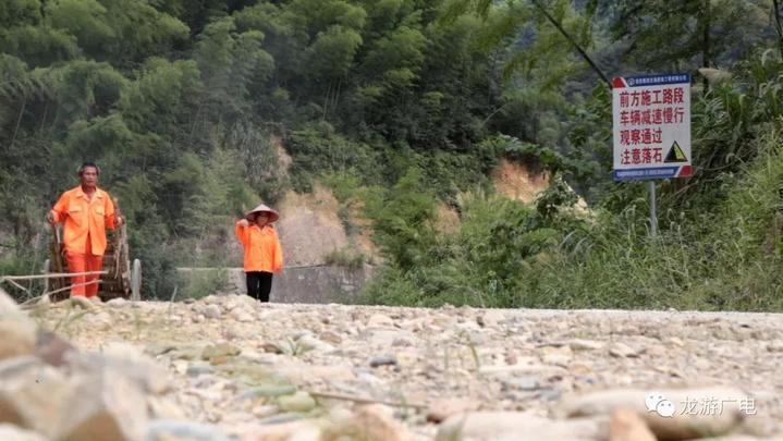 高温下,龙游公路上的橙色背影