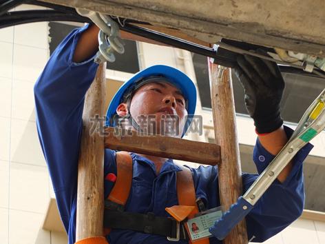 电力工作人员冒高温安装集束电缆落户线