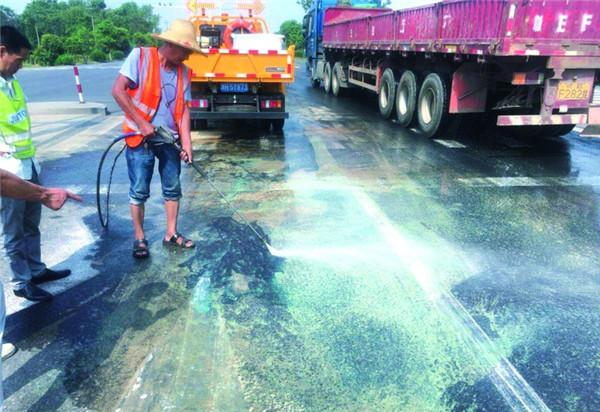 龙游县公路管理局紧急处置路面污染物