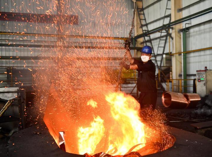东阳:改善劳动条件 企业战高温忙生产