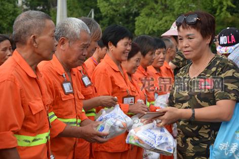 市户外登山运动协会为环卫工人送上慰问品