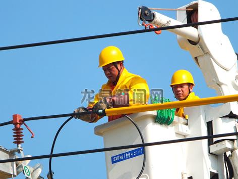 国网龙泉市供电公司工作人员头顶烈日冒高温进行户外带电作