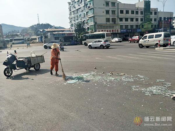 一地碎玻璃 环卫工人快速清理保安全