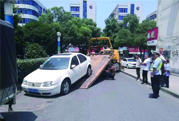 """龙游县交警大队在县城开展""""僵尸车""""整治行动"""