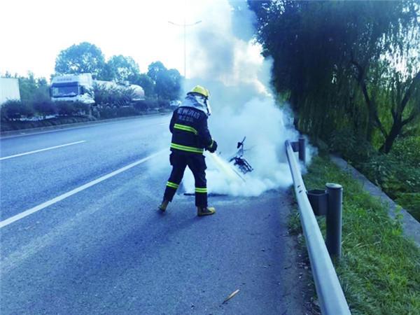 险!电瓶老化引起内部线路短路致电瓶车被烧