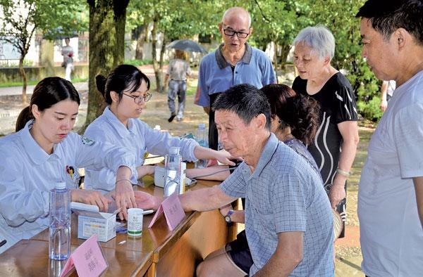 """首届""""中国医师节"""",市中医院医护人员开展大型义诊活动"""
