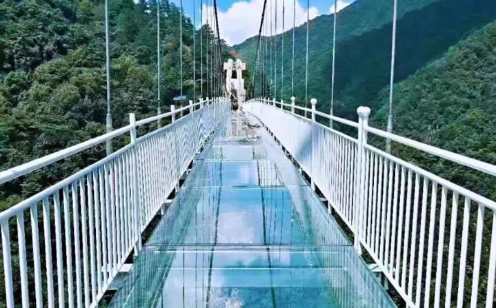 惊险!临安5D悬空玻璃桥9月试运营 你敢挑战吗