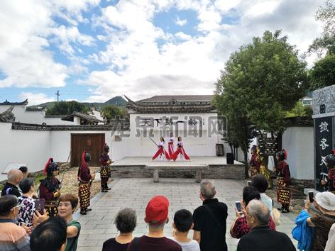游客在龙泉宝剑厂欣赏剑术表演