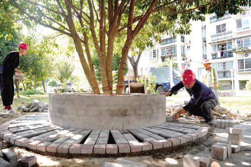 修建石板凳 走访抓落实