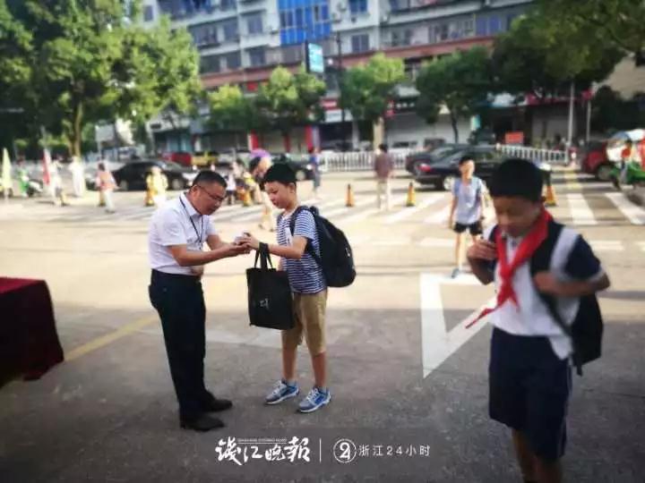 """江山这位小学校长火了!""""站岗""""10年,如今每天早上1500多个孩子和他做这件事……"""