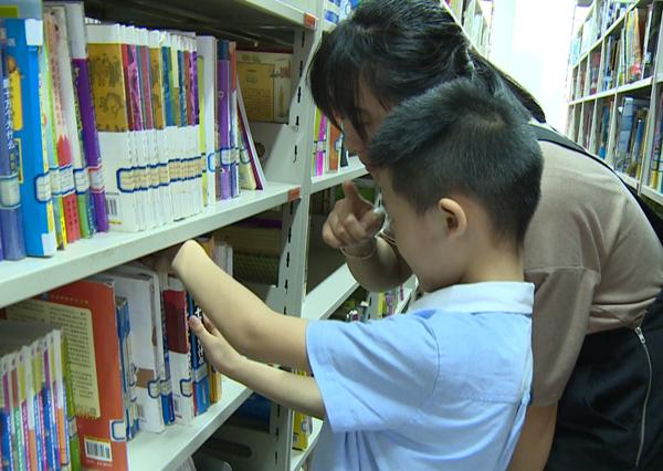 今年暑期市图书馆掀阅读热潮 图书借还册次超9万