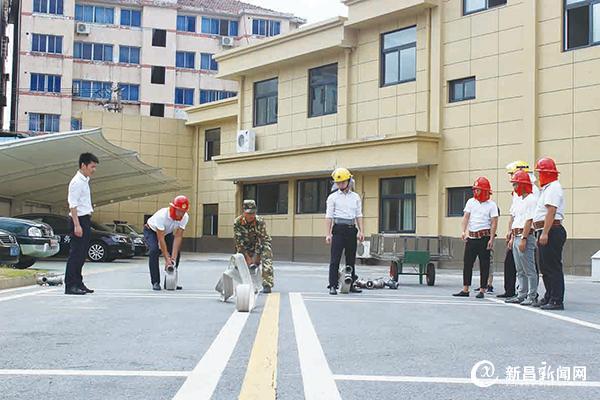 微型消防站人员参加技能培训