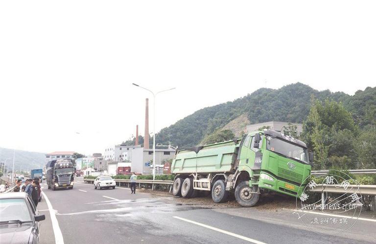 运输车自身总量过大一头栽在护栏上 所幸没人伤亡