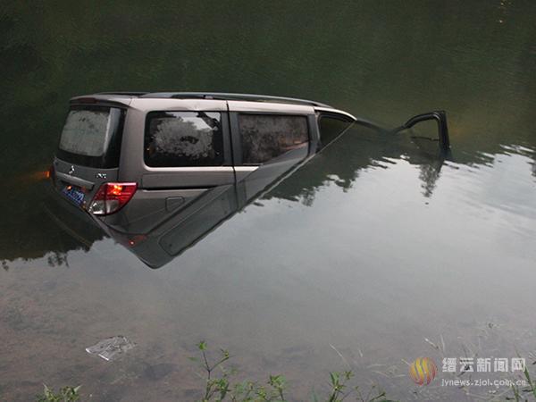 凌晨4点多,一辆商务车在清井湾村落水