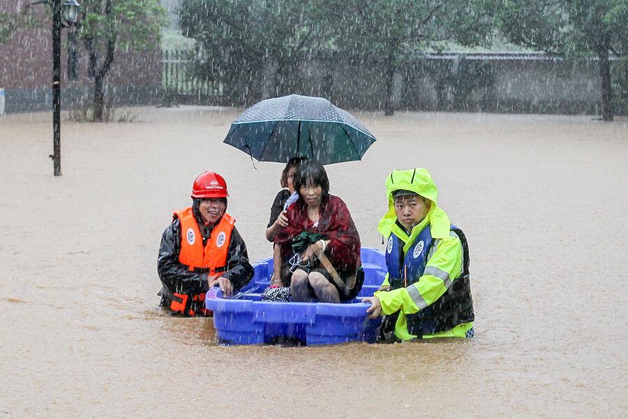 暴雨侵袭 转移群众
