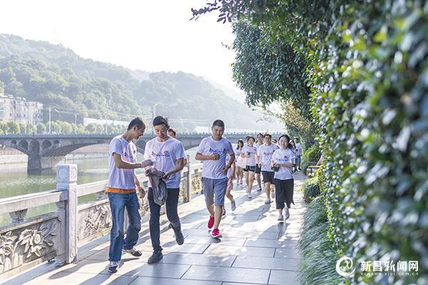 新昌青年志愿者跑步捡垃圾