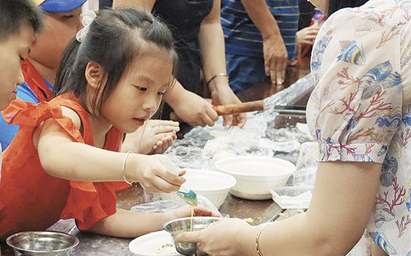 体验月饼制作 传承民俗文化