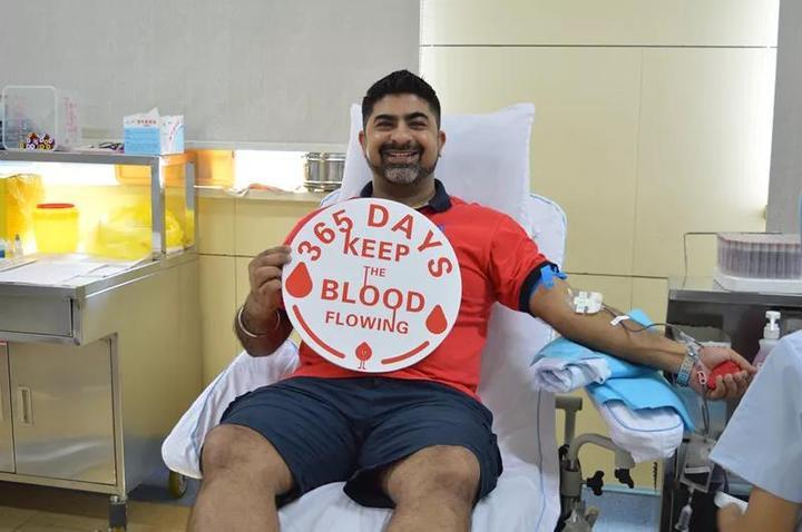 印度友人捋袖献血 用热血诠释爱的意义