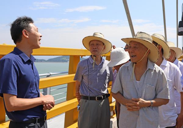 离退休干部参观乐清湾大桥 为玉环建设点赞