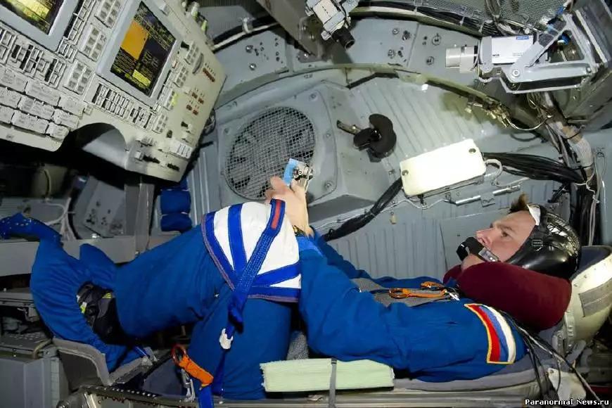 发生漏气事故 俄宇航员