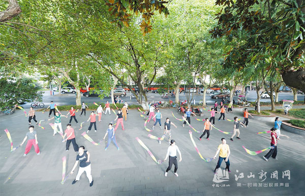 公园广场健身忙